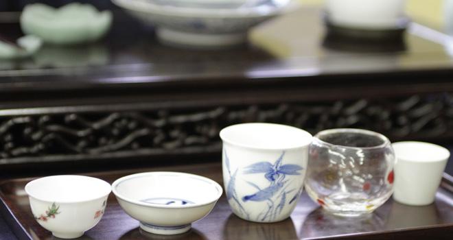 様々な形・大きさの茶杯が並びます